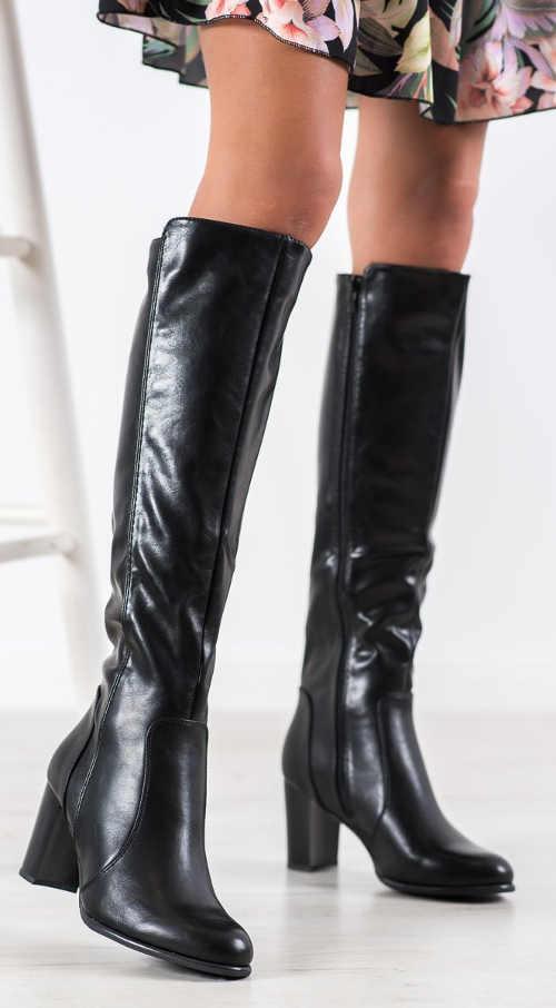 Vysoké čierne lesklé topánky na stĺpe