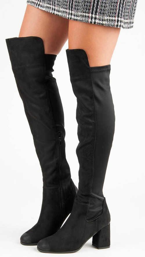 Vysoké čierne topánky s minisukňou